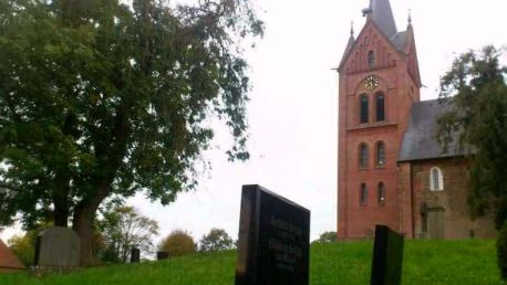 arle-kirchturm-mit-grabsteinen