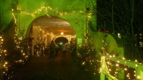 dornum-schlossportal-im-weihnachtsglanz