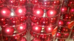 rote-weihnachtskugeln-gut-verpackt