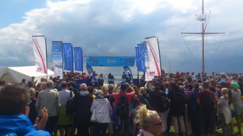 Bei der Siegerehrung strahlt der Barfuß-Schwimmer wieder: