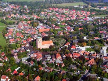 18.10.2005 Marienhafe; Marienhafe ist eine Gemeinde, zugleich Flecken, und Verwaltungssitz in der Samtgemeinde Brookmerland im Landkreis Aurich in Ostfriesland. Die Gemeinde hatte 2004 etwa 1.900 Einwohner und erstreckt sich auf einer Fläche von 4,06 Quadratkilometern. Marienhafe ist damit eine der kleinsten Gemeinden in Niedersachsen. Marienhafe hat mehrere Sehenswürdigkeiten und Wahrzeichen zu bieten. Das bekannteste ist sicherlich die St. Marienkirche mit dem Störtebekerturm. Die Kirche wurde in der Mitte des 13. Jahrhunderts als dreischiffige, gewölbte Kreuzbasilika erbaut.