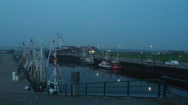 Vor dem Deich: Im Hafen von Dornumersiel.